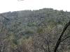 Высокие отвесные скалы на левом берегу