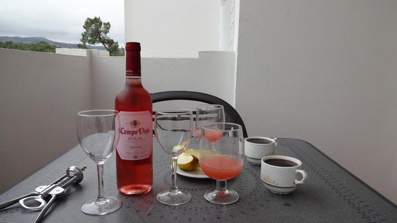 завтрак розовое вино, грейпфрутовый сок и кофе