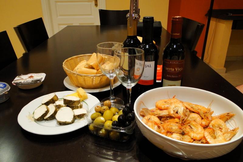испанский ужин: креветки, овечий сыр, оливки и вино