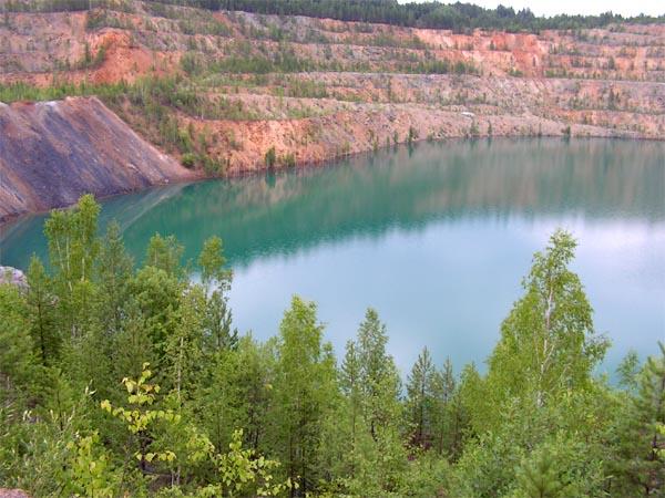 Вода в Старочеремшанском карьере нежно-голубая