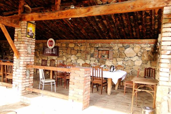 При гостинице ресторан, столики стоят прямо на крышках, прикрывающих квеври с бурлящим бродящим вином.