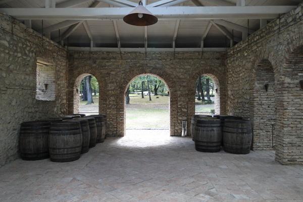 Именно тут производится Цинандали -великолепное белое сухое вино выдержанное 3 года в дубовых бочках.
