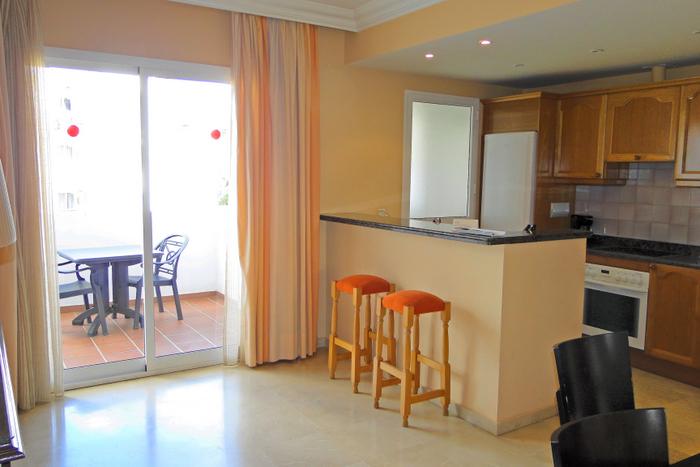 Испания, Марбелья, аппартаменты, 2 спальни, кухня-столовая, гостиная, 2 лоджии, 3 санузла, джакузи, несколько бассейнов, в том числе крытый, тренажерный зал, бильярд, бар-ресторан