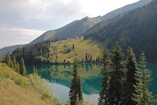 База с видом на озеро