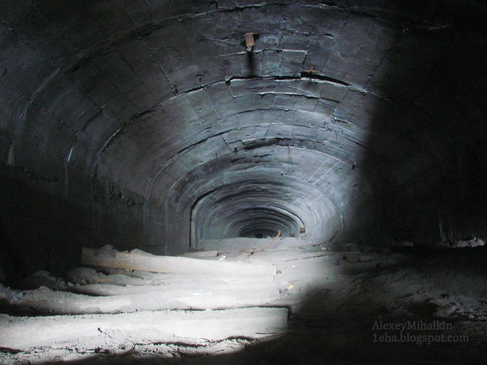 Подземный тоннель для откатки вагонеток с рудой.