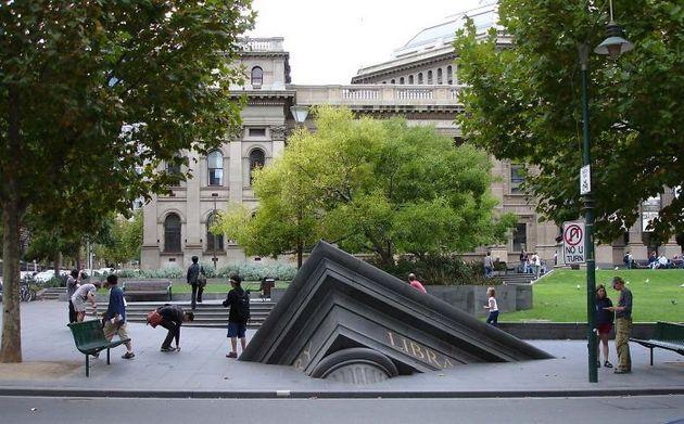 Тонущее здание около Государственной библиотеки, Мельбурн, Австралия