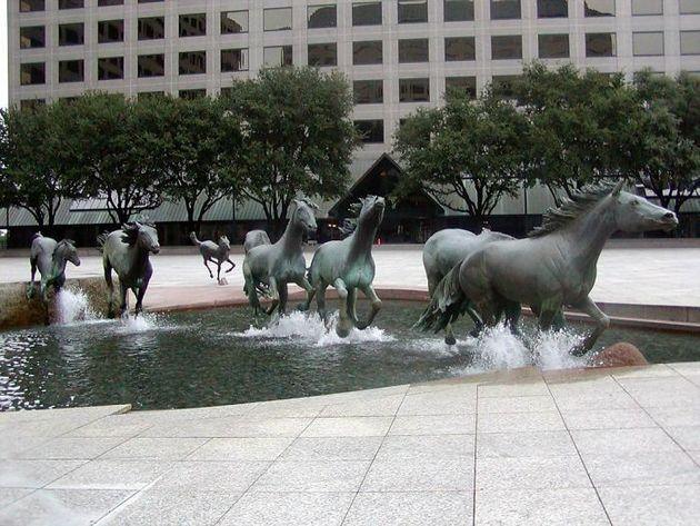 Бегущие лошади Роберта Глена, Ирвинг, Техас