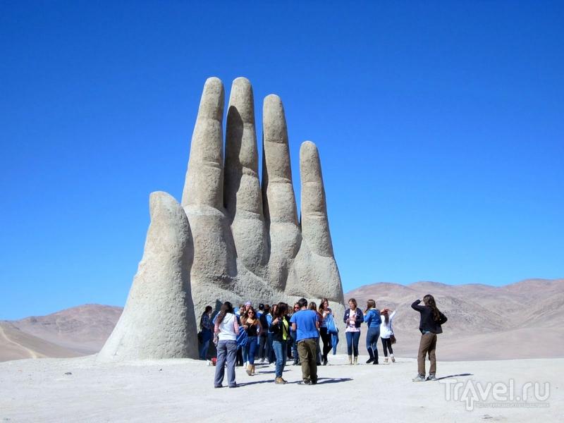 Гигантская рука в чилийской пустыне Атакама