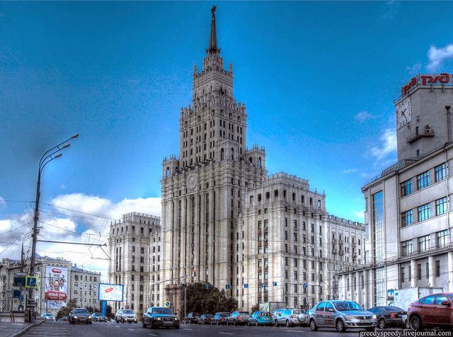 Здание на площади Красных ворот