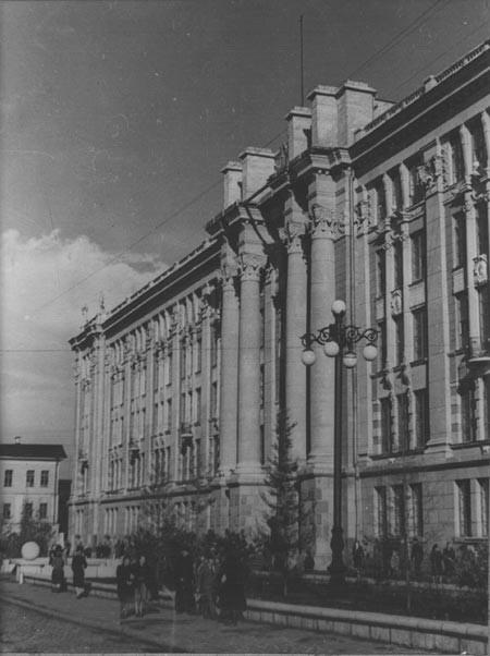 Снимок сделан в промежутке между 1949-м и 1954-м, когда башню ещё не возвели. Фото: www.1723.ru