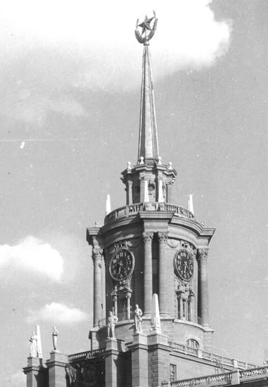 Так башня выглядела в 1960-м. Последний ремонт часов был в 2012 году.