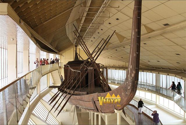 Музей солнечной ладьи - Обнаруженная ладья находится в яме, расположенной в 17,85 метра от основания пирамиды. Ее длина составляет 31,2 метра, ширина - 2,6 метра и глубина - 3,з метра.