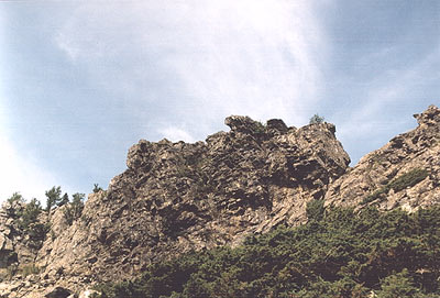 Скалы на хребте б. Сука