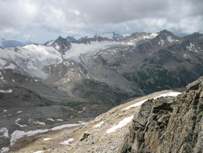 На гребень ведёт скальный взлёт 20 м. свободное лазанье.