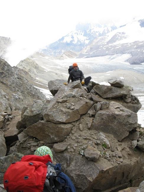 На гребень ведёт скальный взлёт 20 м. свободное лазанье