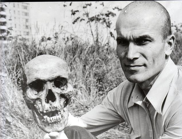 Игорь Бурцев с черепом Хвита — сына «снежной женщины».