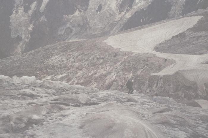 Нунатак проходится слева и по слиянию ледников уходим влево к скалам