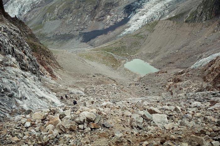 Вдоль скал спускаемся к бараньим лбам затем к озеру
