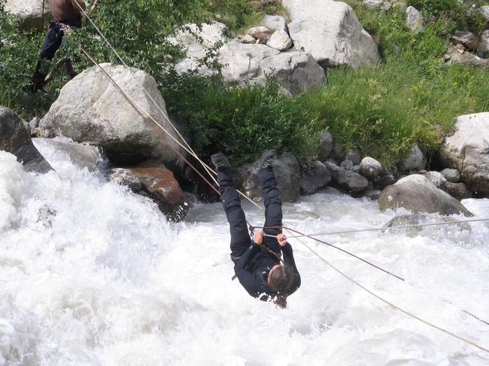Пограничники требуют чтоб мы перешли реку