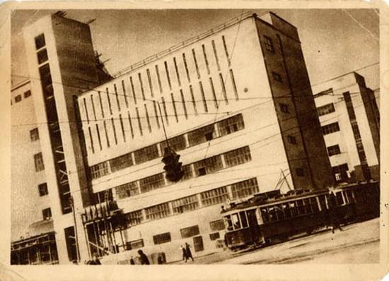 Фотография сделана в 1933 году, как раз тогда, когда главная почта города расположилась в этом здании. Архив Свердловского краеведческого музея.