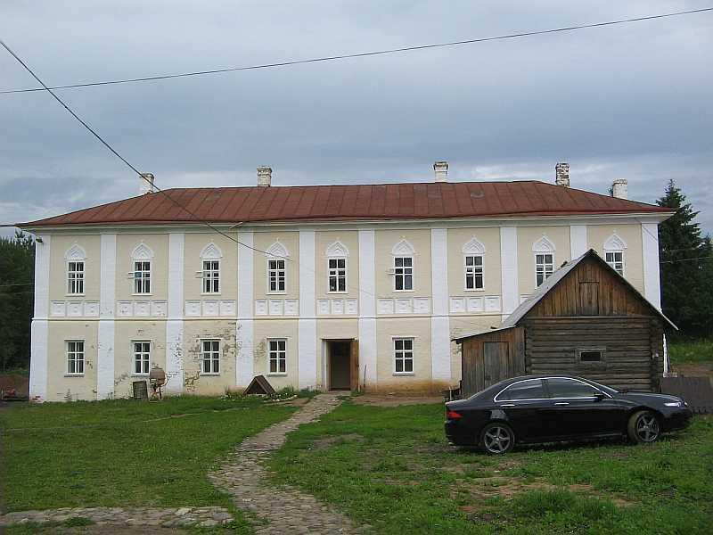 Братский корпус, вид с территории монастыря