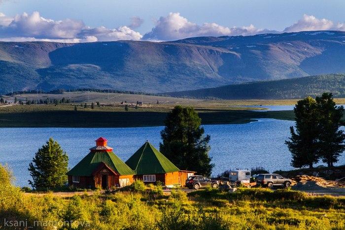 на фото национальные алтайские жилища - шестигранные дома Аилы.